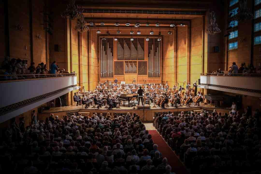 Quelle est la langue d'origine du mot orchestre ?